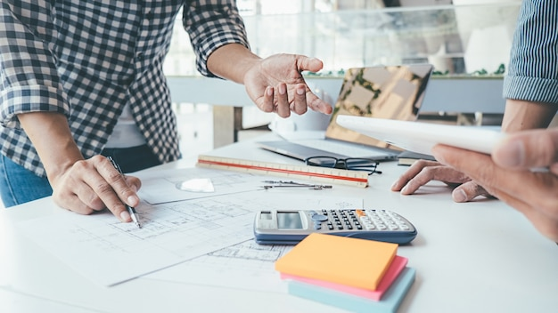 Diseño de ingeniero arquitecto trabajando en concepto de planificación de planos. concepto de construcción