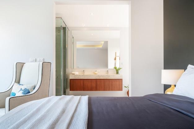 Diseño inmobiliario de lujo interior en dormitorio de villa de piscina con acogedora cama king.
