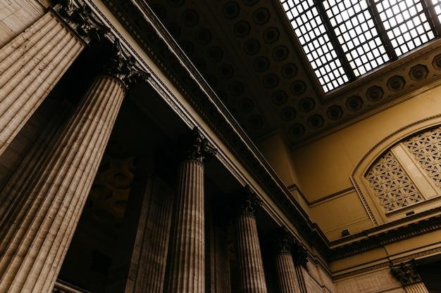 Diseño interior de una arquitectura antigua.