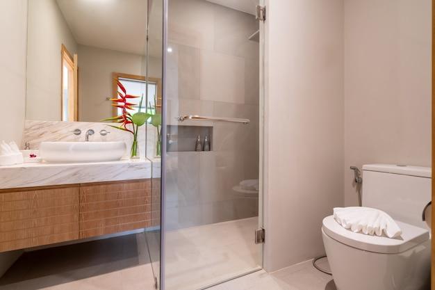 Diseño interior de baño en villa de lujo.