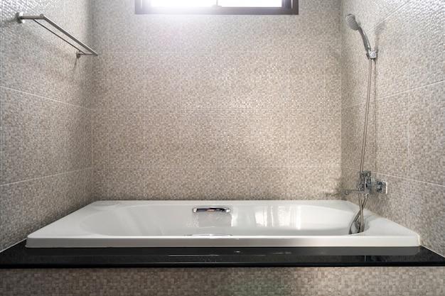El diseño interior de la casa, la casa, el apartamento y la villa cuentan con bañera en el baño