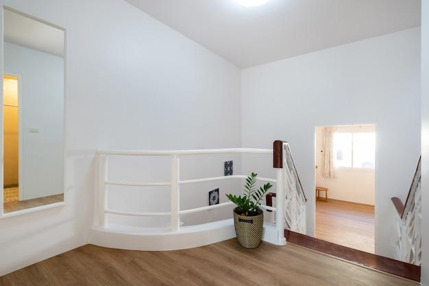 Diseño interior de la casa del pasillo con escalera en la casa