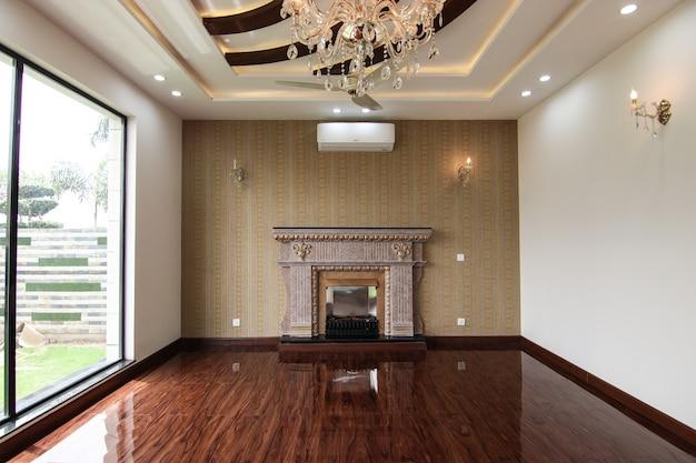 Diseño interior clásico de lujo de habitación vacía con chimenea