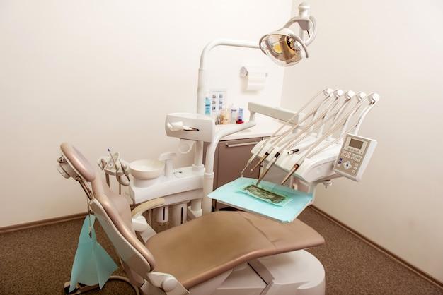 Diseño interior de clínica dental con varias herramientas de trabajo.