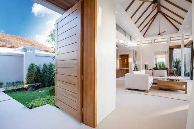 Diseño interior de lujo en el salón de las villas con piscina