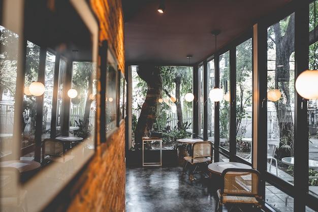 Diseño interior de una elegante cafetería.