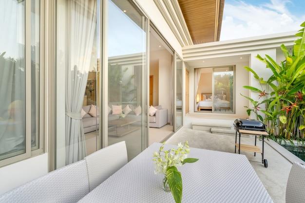 Diseño interior y exterior con dormitorio y mesa de comedor.