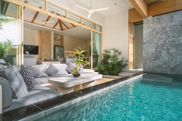 Diseño interior y exterior de villa de lujo con piscina, casa, sala de estar con piscina