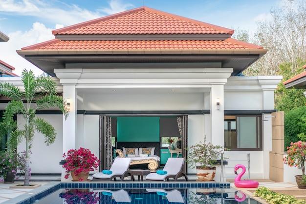 Diseño interior y exterior de la villa con piscina que cuenta con sala de estar