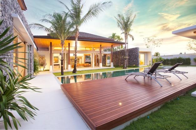 Diseño interior y exterior de la villa de la piscina que cuenta con sala de estar