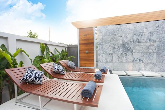 Diseño interior de lujo de chalets de la piscina. espacio brillante