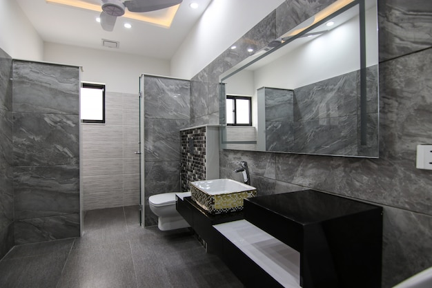 Diseño interior de lujo clásico de baño