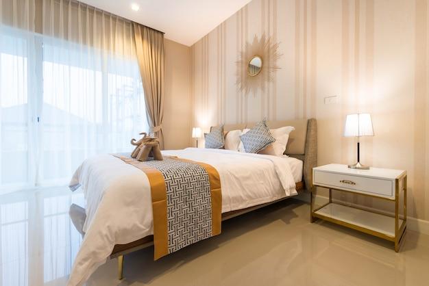 Diseño interior de lujo en el dormitorio de la villa de la piscina con acogedora cama king.