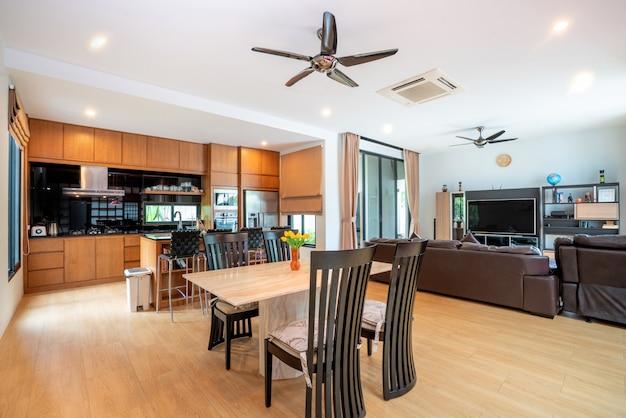Diseño interior de lujo en salón con cocina abierta.