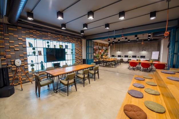 Diseño interior moderno de una oficina.