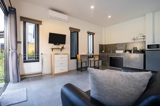 Diseño interior moderno de sala de estar de lujo con cocina.