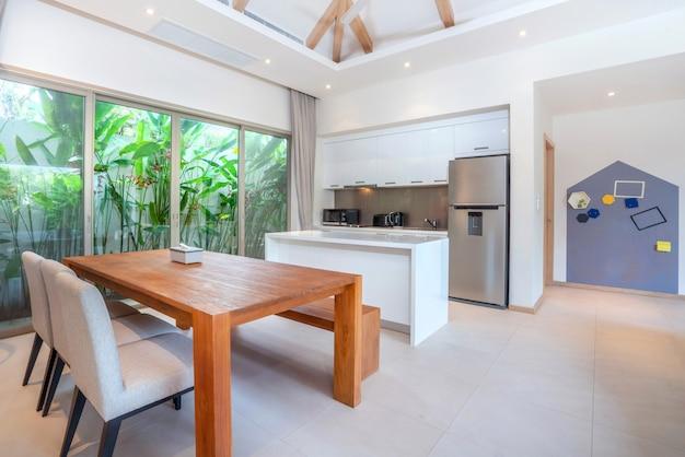 Diseño interior en salón con cocina abierta.