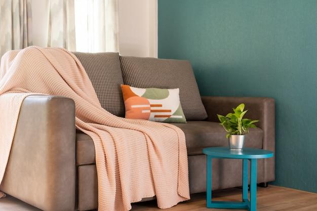 Diseño interior en salón con sofá.