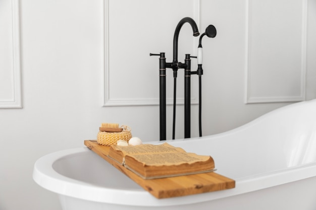 Diseño de interiores de baño con bañera.