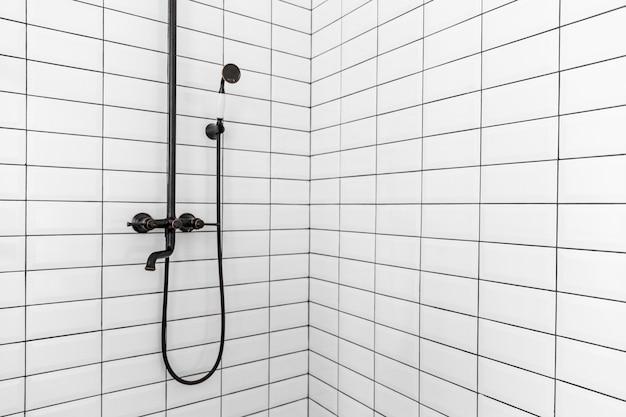 Diseño de interiores de baño con ducha pequeña.