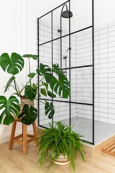 Diseño de interiores de baño con planta monstera