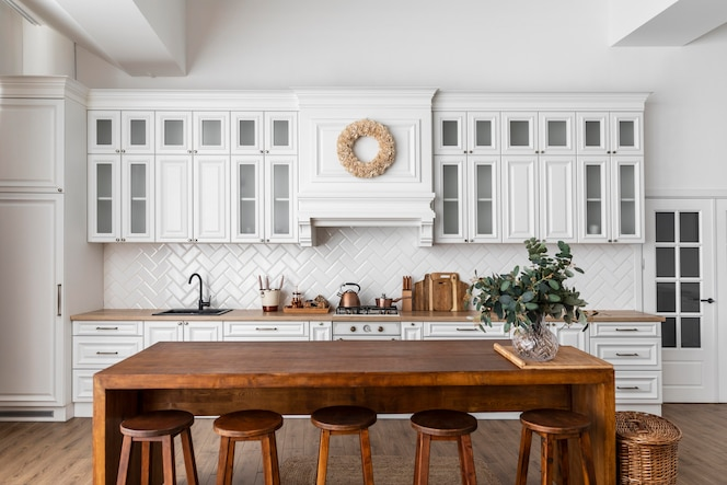 Diseño de interiores de cocina con mesa de madera.