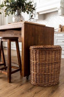 Diseño de interiores de cocina con muebles de madera.