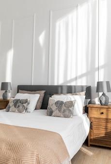 Diseño de interiores de dormitorio con almohadas en la cama.