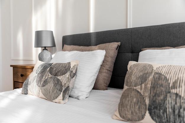 Diseño de interiores de dormitorio con almohadas suaves.