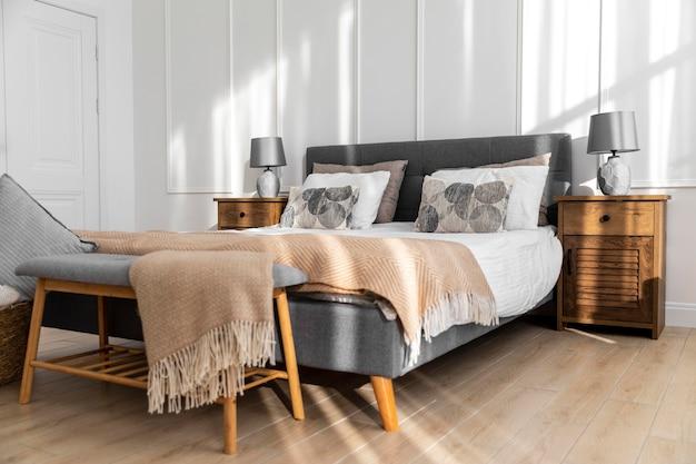 Diseño de interiores de dormitorio con artículos de madera.