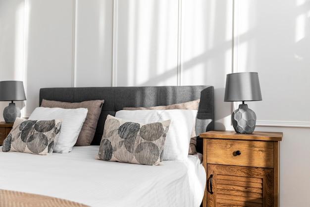 Diseño de interiores de dormitorio con cama.
