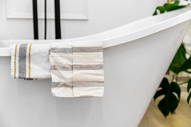Diseño de interiores de dormitorio de primer plano con bañera