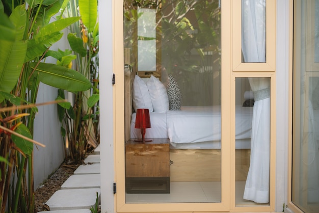 El diseño de interiores en el dormitorio puede mirar a través del espejo