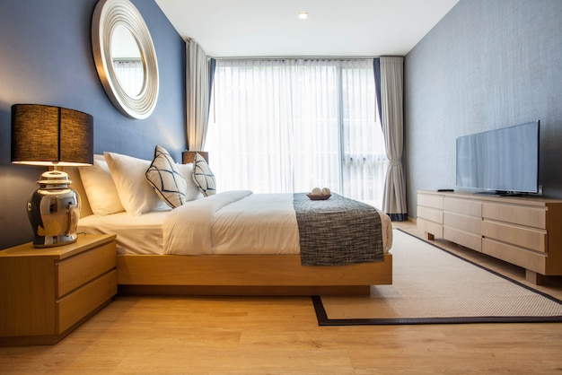 Diseño de interiores en dormitorio de villa de piscina con espacio luminoso.
