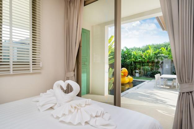 Diseño de interiores en dormitorio de villa con piscina.