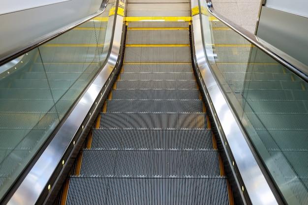 Diseño de interiores escaleras mecánicas vacías en el aeropuerto