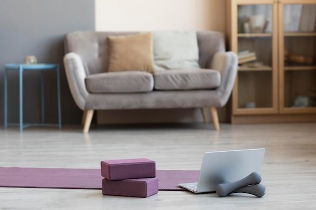 Diseño de interiores con esterilla de yoga en el suelo.