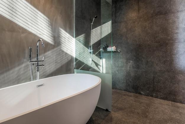 Diseño de interiores estilo loft en baño de lujo con bañera, inodoro en la casa