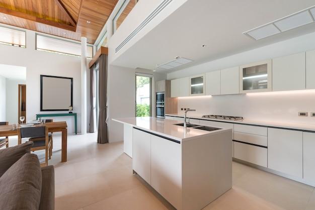 Diseño de interiores de lujo en el área de la cocina que cuenta con mostrador de isla y muebles integrados