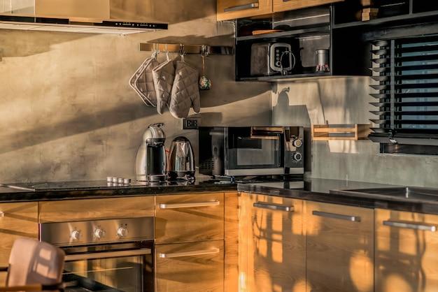 Diseño de interiores de lujo estilo loft en el área de la cocina con mostrador de isla de características