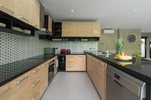 Diseño de interiores de lujo estilo loft en el área de la cocina con mostrador de isla