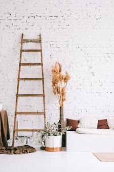 Diseño de interiores de luminosa sala de estar con paredes blancas y banco de sofá con almohadas