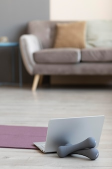 Diseño de interiores con mancuernas en el suelo.