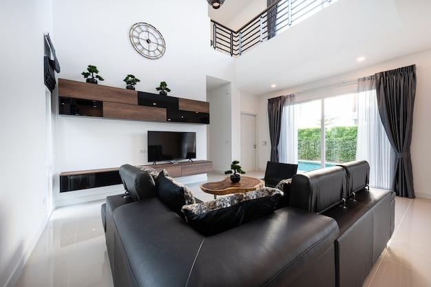 Diseño de interiores moderna sala de estar con sofá y muebles de una nueva casa.