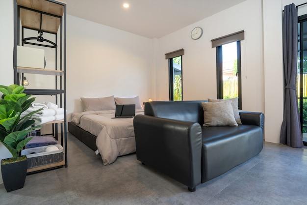 Diseño de interiores moderno en estilo loft de dormitorio