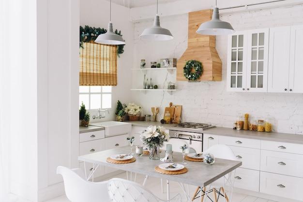 Diseño de interiores navideño moderno y acogedor para cocina