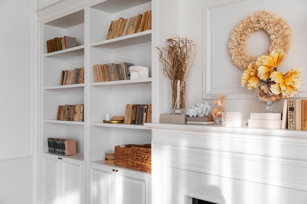 Diseño de interiores de sala de estar con librería.