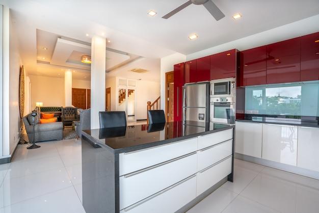 Diseño de interiores en salón y área de cocina.