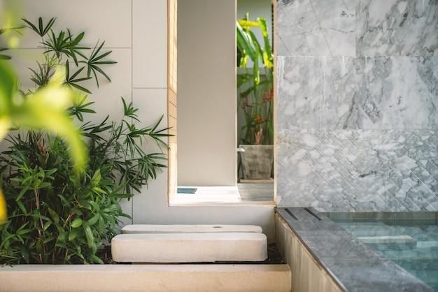 Diseño de interiores en terraza exterior piscina