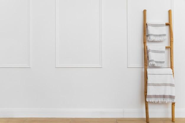 Diseño de interiores con toallas en escalera.